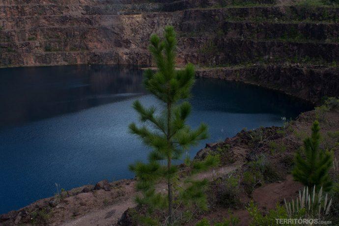 Lago azul na mina a céu aberto