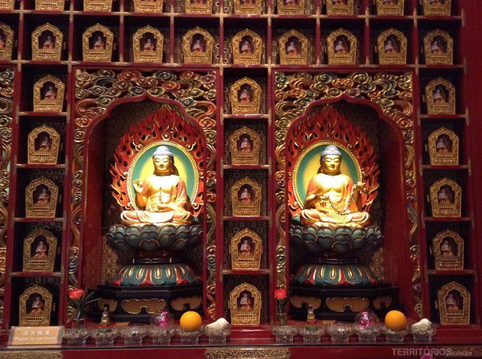 Budas nas paredes do Hundred Dragons Hall