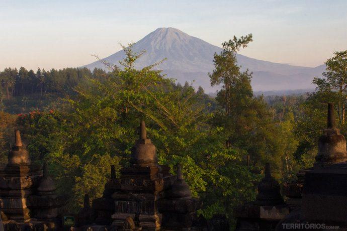 Vulcão inativo Monte Sumbing e as ruínas