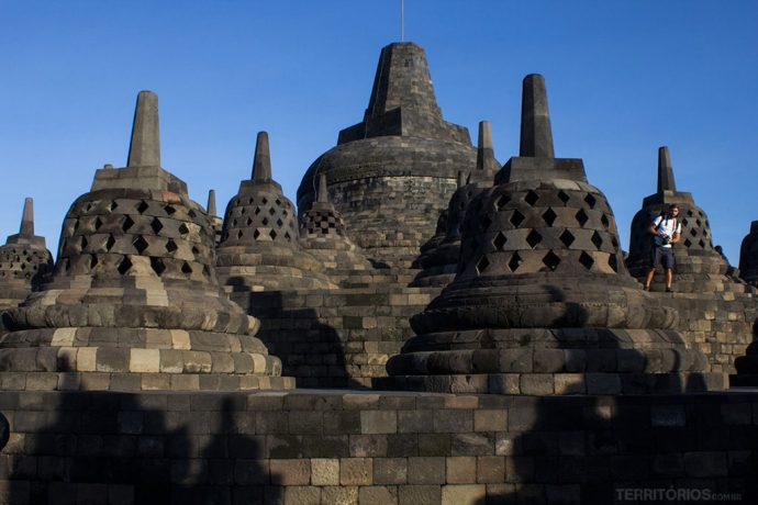 Estupas no alto, dentro de cada uma tem a imagem do Buda
