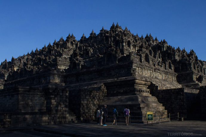 O templo principal visto de lado é uma pirâmide