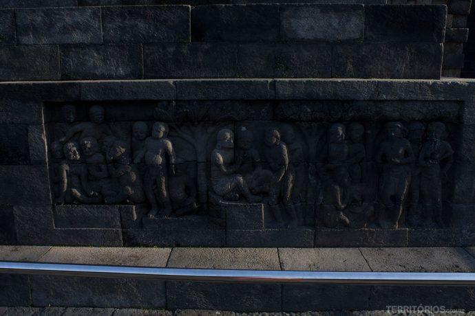 Painéis em relevo contam a história da humanidade e dos ensinamentos budistas