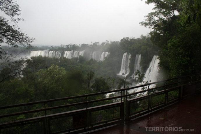 Vista das passarelas em dia de chuva