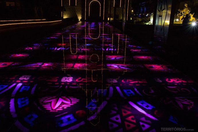 Mosaico com show de luzes em frente a Igreja São Pedro, Gramado, Rio Grande do Sul - Brasil