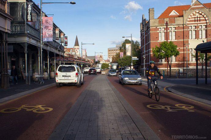 Respeito entre ciclistas e motoristas em Fremantle, cidade próxima à Perth com acesso via ciclovias