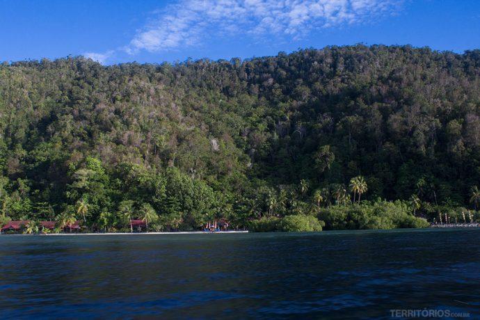 Raja Ampat Dive Lodge é praticamente a única construção na ilha Mansuar