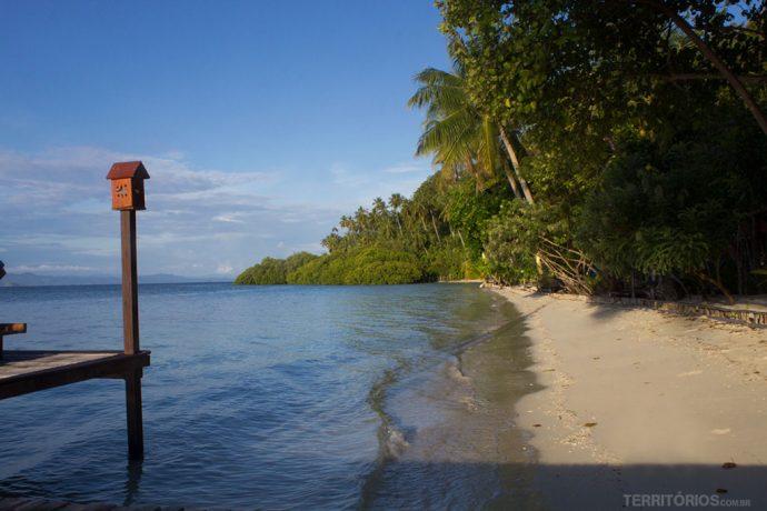 A praia particular em frente às cabanas