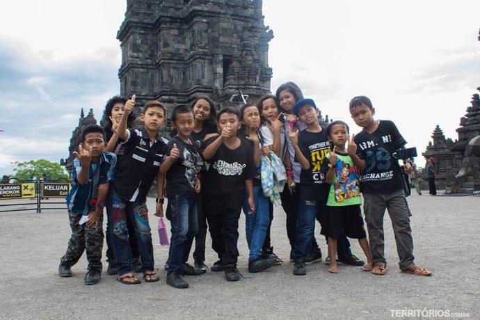 Crianças em busca de selfies com turistas