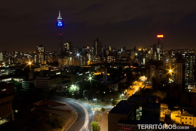Vista noturna do alto do Hotel Protea