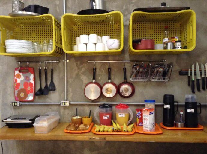 Café da manhã servido na cozinha comunitária