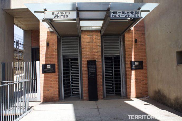 Entrada do Museu do Apartheid segrega visitantes aleatoriamente pelo ingresso