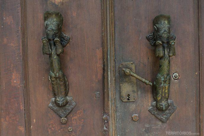 Detalhe nas portas de Kota Gede