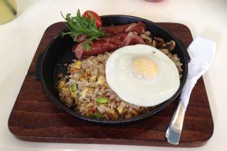 Nasi goreng com linguiça e ovo no almoço