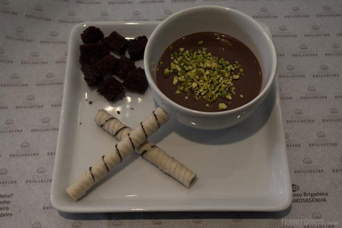 Cremosa sopa quente de Brigadeiro com Pistache