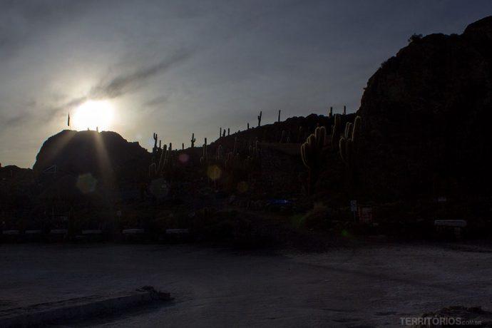Silhueta da Isla Incahuasi de manhã cedo