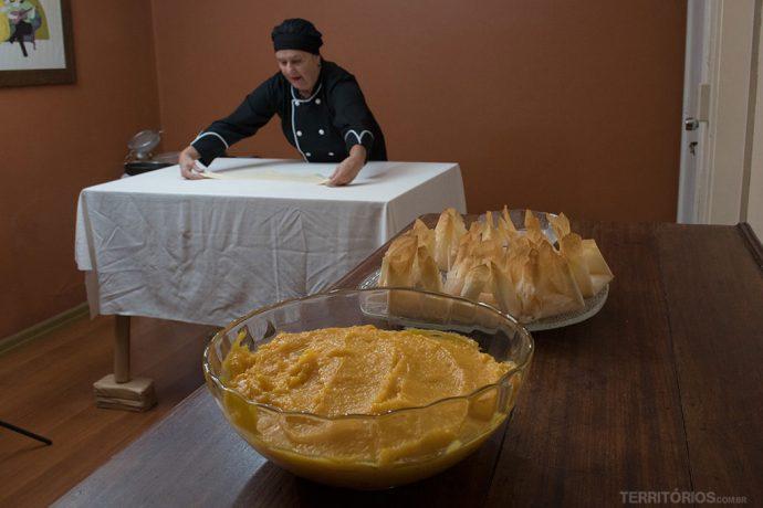 Massa fina e ovos moles são os ingredientes do melhor doce de Pelotas
