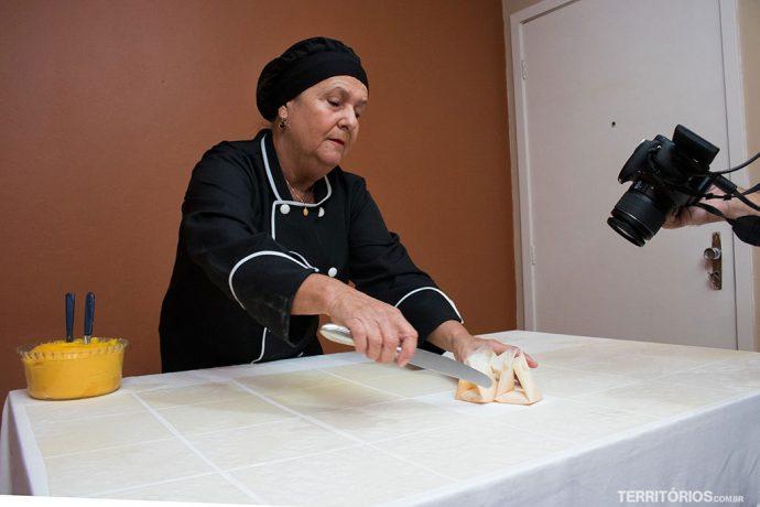 Doces envelopados com faca centenária da Ana Beatriz