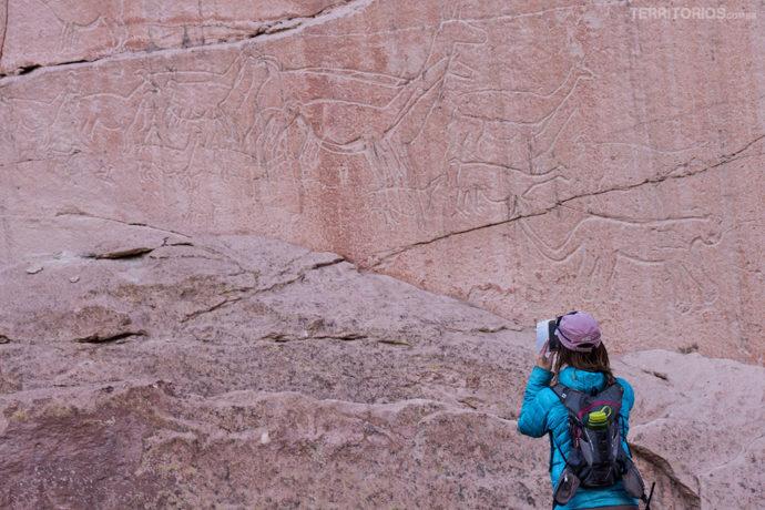 Paz tira fotos das pinturas nas paredes do cânion Quebrada de Quezada, povoado de Talabre, Atacama - Chile