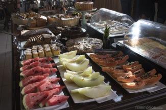 Frutas, pães e bolos artesanais