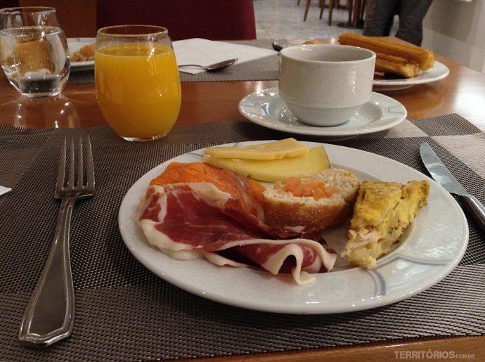 Presunto Ibérico, queijos, molho de tomate e torta de batata