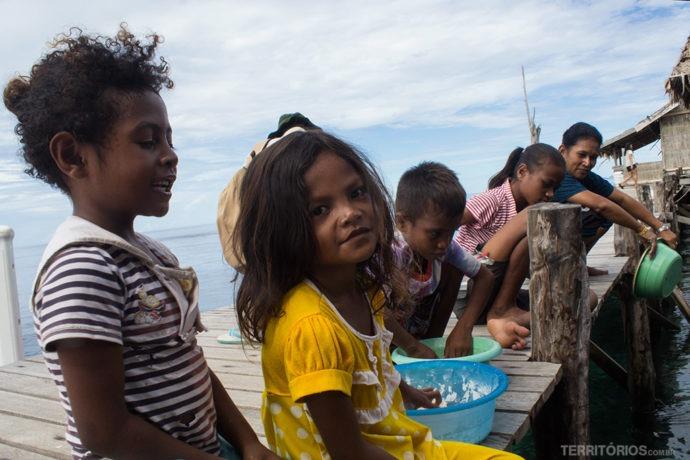 Poses e olhares das crianças de Sawinggrai em Raja Ampat, West Papua - Indonésia