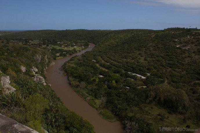 Parada para apreciar a vista do vale e o mar no canto esquerdo