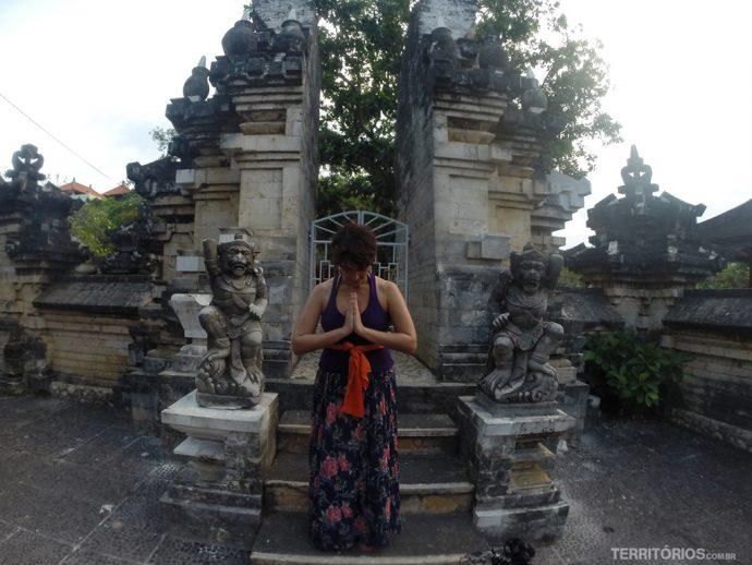 Saia comprida ou sarong são obrigatórios para visitar os templos em Bali