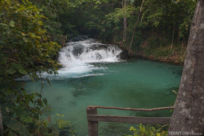Água cor de esmeralda na Cachoeira da Formiga