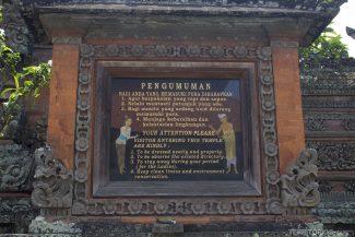 Placa com as regras para entrar no Pura Batur Sari