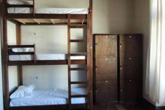 Beliches e armários no quarto compartilhado