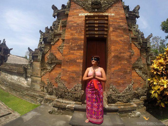 O uso do sarong é obrigatório para homens e mulheres nos templos de Bali