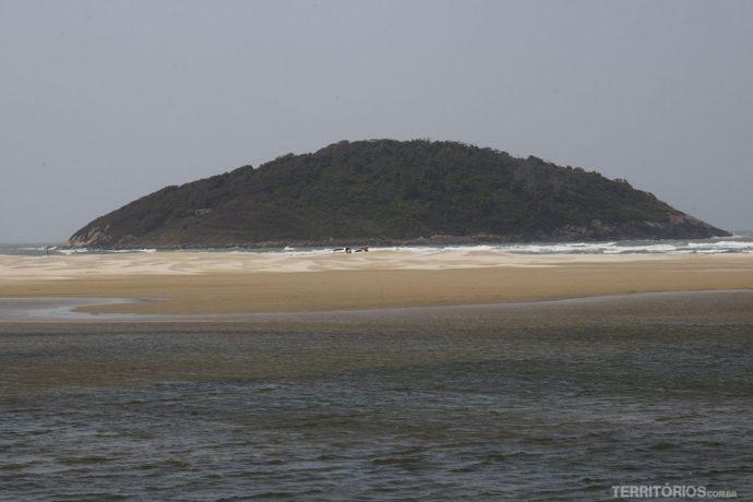 Ilha do Batuta e desabitada, mas tem uma cabana disponível para quem quiser atravessar de barco e passar uns dias ali. Quem se anima?