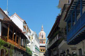 Casarios com a abóbada da Catedral de Santa Catalina ao fundo
