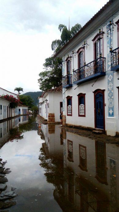 A maré inundou as ruas no fim da tarde, deixando os cliques ainda mais bonitos