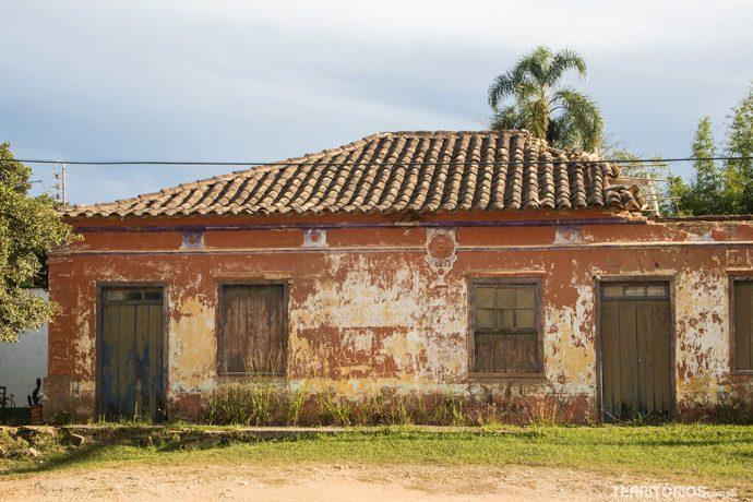 Ruínas de uma casa colonial de 1897 na beira da estrada