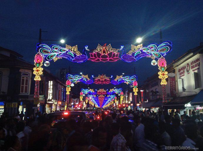 Luzes para o Festival Deepavali no bairro Little India em Singapura