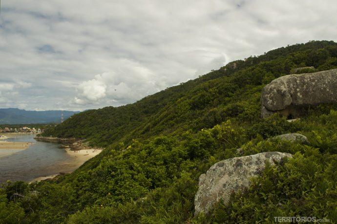 Pedra do Urubu é a pedra distante perto do topo do morro