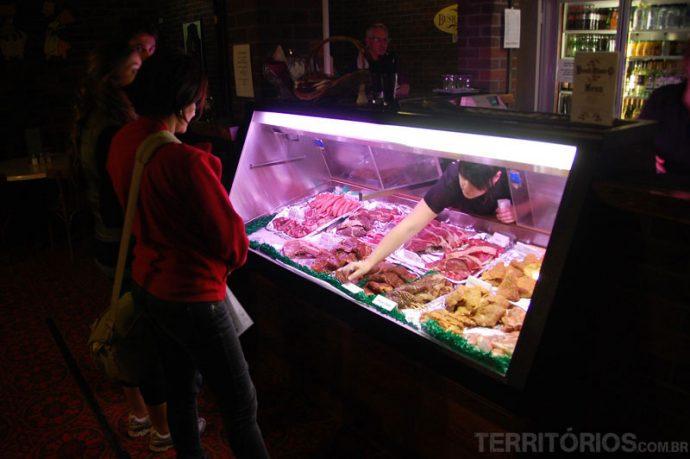 Restaurante do hotel com carnes frescas