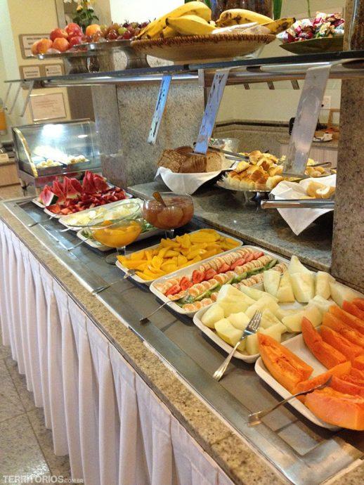 Buffet no café da manhã do Veleiros