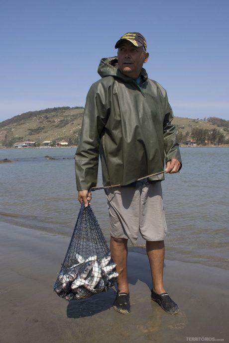 Pescador feliz com a ajuda dos botos
