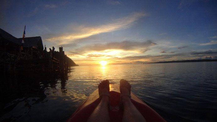 Pôr do sol do caiaque em Raja Ampat