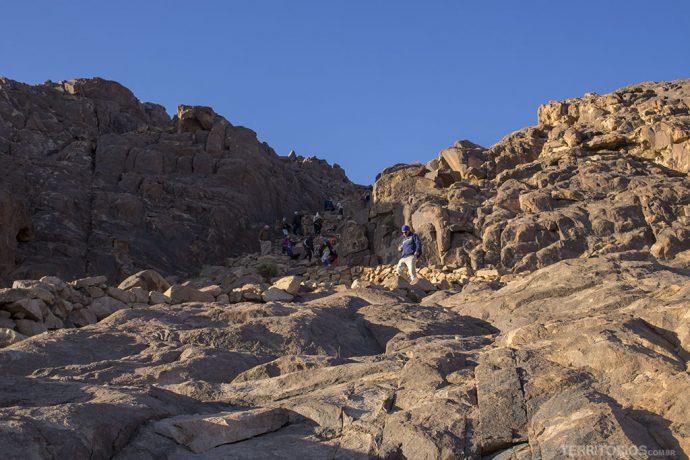Trilha pelas pedras soltas e escadaria