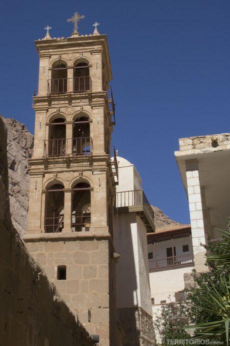Torre da igreja e a mesquita