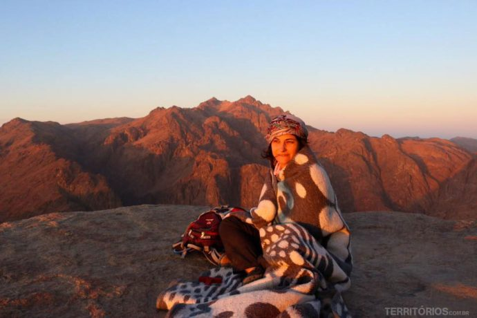 No topo do Monte Sinai para ver o sol nascer, trilha sozinha com guia beduíno local