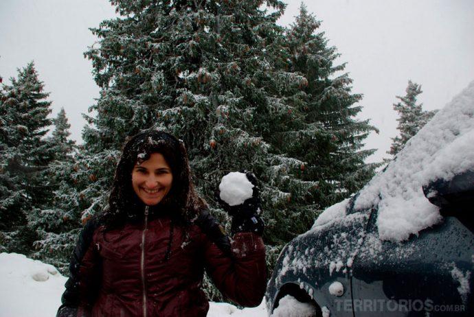 Roberta brincando na neve dos Alpes