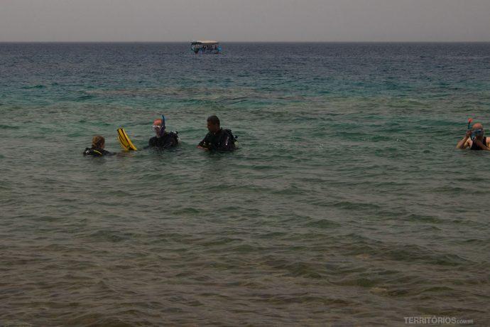 Aula de mergulho na beira da praia