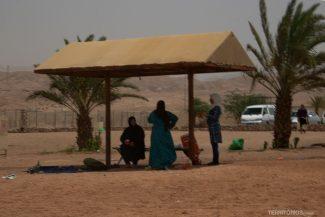 Mulheres de burca curtem o dia na praia