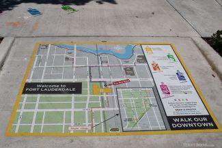 Mapa na calçada em frente à estação