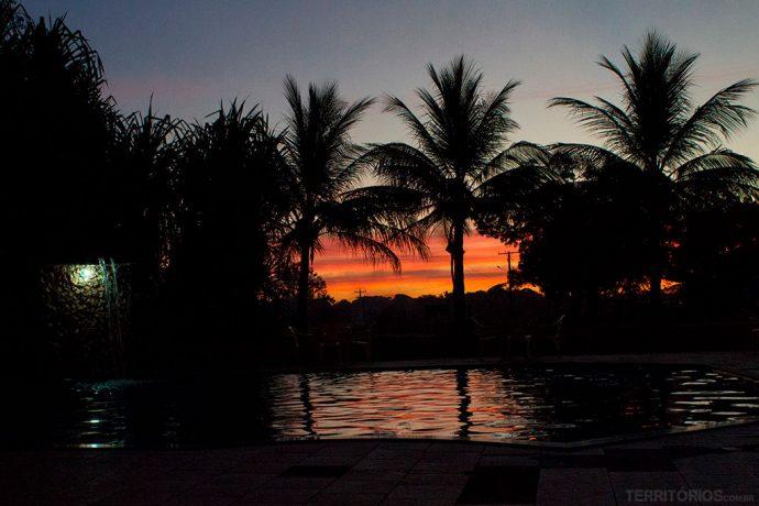 Curtindo as cores do pôr do sol da piscina da Pousada do Lajes