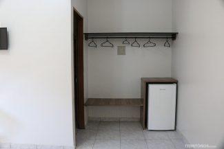 Suíte maior tem espaço para pendurar roupas